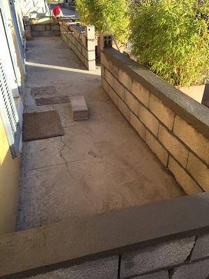 Nous avons réalisé nous même ces travaux. Un peu de ciment, quelques parpaings recouvert du même enduit que la façade et le tour est joué.