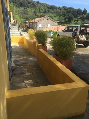Pour finir nous avons commandé une grille et un portail en fer forgé qui aère cet espace privé.