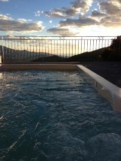 Vue du spa/jacuzzi au soleil couchant